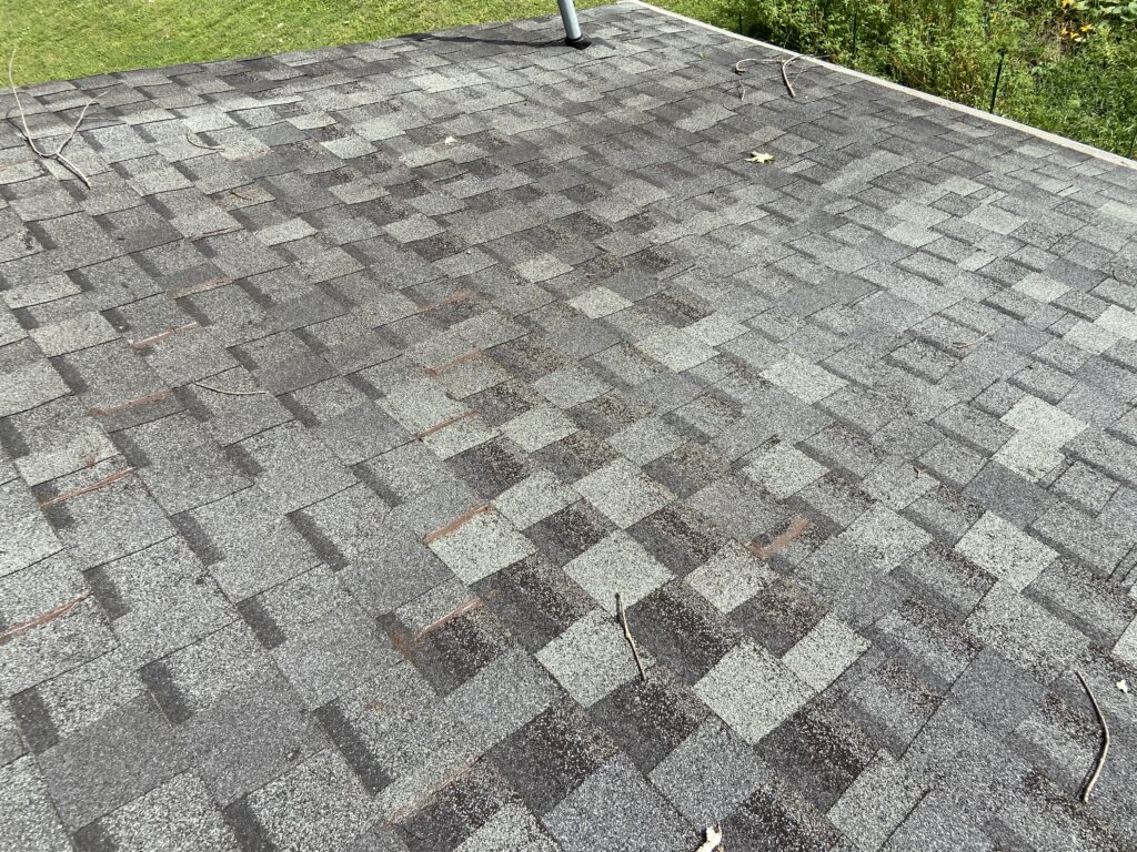 picture of shingles on a roof that are grey in color and worn out